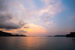 Coucher du soleil vif bleu à l'île de Ko Chang en Thaïlande, avril 2018 - Paradise regardent en réalité - la meilleure destinatio photographie stock libre de droits