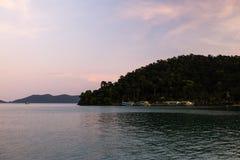 Coucher du soleil vif vert à l'île de Ko Chang en Thaïlande, avril 2018 - Paradise regardent en réalité - la meilleure destinatio photographie stock