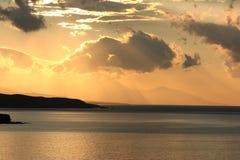 Coucher du soleil vu de la baie de matala sur l'île Crète Photos libres de droits