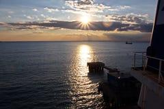 Coucher du soleil Vues colorées de la côte, des villes et des ports de la Turquie avec les navires amarrés de mer au coucher du s images stock