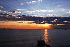 Coucher du soleil Vues colorées de la côte, des villes et des ports de la Turquie avec les navires amarrés de mer au coucher du s photo libre de droits