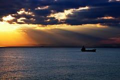 Coucher du soleil Vues colorées de la côte, des villes et des ports de la Turquie avec les navires amarrés de mer au coucher du s image stock