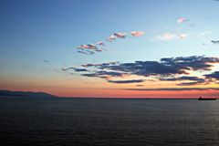 Coucher du soleil Vues colorées de la côte, des villes et des ports de la Turquie avec les navires amarrés de mer au coucher du s image libre de droits