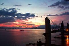 Coucher du soleil Vues colorées de la côte, des villes et des ports de la Turquie avec les navires amarrés de mer au coucher du s photos libres de droits
