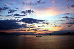 Coucher du soleil Vues colorées de la côte, des villes et des ports de la Turquie avec les navires amarrés de mer au coucher du s images libres de droits