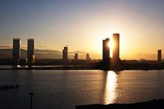 Coucher du soleil Vues colorées de la côte, des villes et des ports de la Turquie avec les navires amarrés de mer au coucher du s photo stock