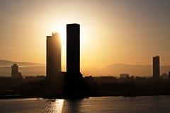 Coucher du soleil Vues colorées de la côte, des villes et des ports de la Turquie avec les navires amarrés de mer au coucher du s photos stock
