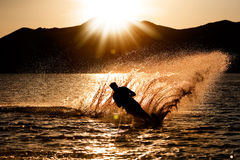 Coucher du soleil Waterski Image stock