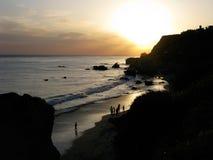 Couchers du soleil au-dessus de l'EL Matador Beach dans Malibu, la Californie Images stock