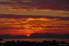 Couchers du soleil de levers de soleil dans un océan photos stock