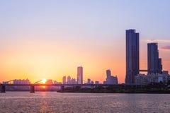 Couchers du soleil derrière les gratte-ciel du yeouido et des ponts à travers Han River à Séoul du centre, Corée du Sud images stock