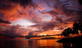 Couchers du soleil magnifiques au Bornéo Images stock