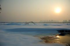 Couchers du soleil sur le champ de neige Image libre de droits