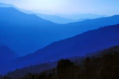Couches bleues d'arêtes de montagne images libres de droits