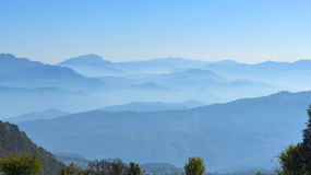 Couches de brouillard en montagnes Photographie stock