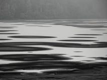 Couches de flottement de glace sur le lac Photo stock