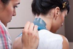 Couches de fond de peinture de Muc sur le dos de la fille Photographie stock libre de droits
