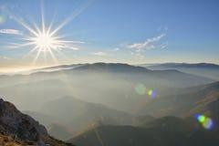 Couches de montagne et de brume dans les vallées Photos libres de droits