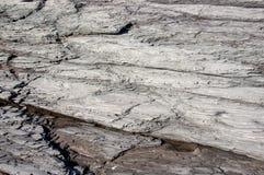Couches de roche érodées loin avec un petit magma dans les fissures Photographie stock