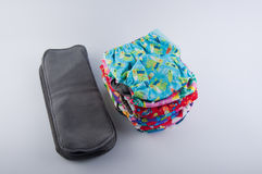 Couches de tissu de bébé et insertions réutilisables de gris sur le fond blanc Photo stock