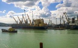 Couchette dans le port Port industriel de cargaison Photographie stock libre de droits