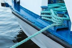 Couchette de fer tenant les lignes blanches de bateau Images libres de droits