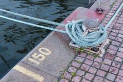 Couchette de fer tenant les lignes blanches de bateau Photographie stock libre de droits