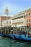 Couchettes avec des gondoles à Venise Photographie stock