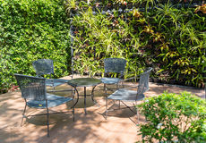 Couchtisch und Stühle im Garten Lizenzfreie Stockfotografie