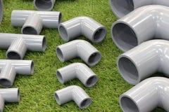 coude et connecteurs à trois voies de garnitures de tuyau de PVC images stock