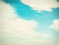 Couds в голубом небе против предпосылки голубые облака field wispy неба природы зеленого цвета травы белое Стоковые Фото