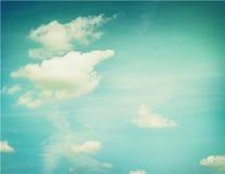 Couds в голубом небе против предпосылки голубые облака field wispy неба природы зеленого цвета травы белое Стоковое Изображение