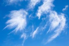 Couds und blauer Himmel Stockfoto
