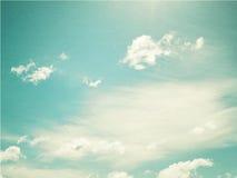 Couds w niebieskim niebie w kontekście niebieskie chmury odpowiadają trawy zielone niebo białe wispy natury Zdjęcia Royalty Free