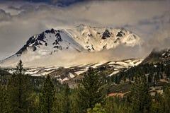 Coudy wczesny poranek, Lassen szczyt, Lassen Powulkaniczny park narodowy Zdjęcia Royalty Free