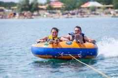 Couiple sur des attractions de l'eau pendant l'été Photographie stock libre de droits