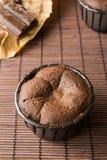 2 coulant торта на коричневом бамбуке Стоковое Изображение
