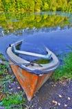 Coulant le bateau à terre l'étang Photo libre de droits