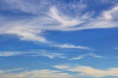 Coulds del cielo azul imagen de archivo libre de regalías