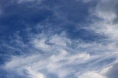 Coulds för blå himmel arkivbild