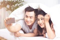 Coule asiático joven que toma la foto del selfie en casa fotos de archivo libres de regalías