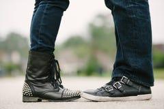 Coule che si affronta in scarpe di cuoio nere. Fotografie Stock
