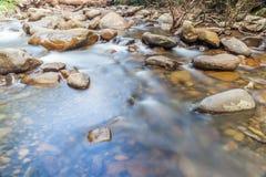 Écoulement de l'eau lisse par Rock Creek naturel Photo stock