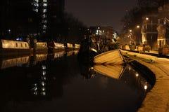 Couler le bateau au canal de ville image stock
