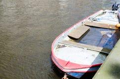Couler le bateau sur la rivière Photo stock