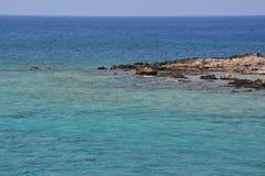 Couleur étonnante de l'eau la mer Méditerranée, belle Crète photos stock