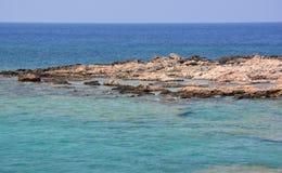 Couleur étonnante de l'eau la mer Méditerranée, belle Crète photo libre de droits