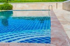 Couleur bleue de piscine parmi la forêt naturelle. Images stock