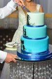 Couleur bleue non surpassée de gâteau l'épousant pour des jeunes mariées photographie stock libre de droits