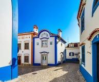 Couleur bleue sur le ciel et les bâtiments de la vieille ville Ericeira Photos libres de droits